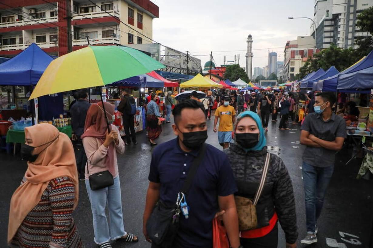Muslims wearing protective masks shop for food before Iftar (breaking fast) at a Ramadan bazaar, amid the coronavirus disease (COVID-19) outbreak, in Kuala Lumpur, Malaysia April 15, 2021.