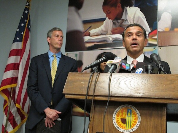 US Sec. of Education Arne Duncan (L) joins LA Mayor Antonio Villaraigosa and LA Unified officials to announce an overhaul to the program that educates more than 200,000 English learner students at the school district.