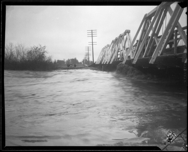 A swollen San Gabriel River in 1927. Courtesy of the Los Angeles Times Photographic Archive , UCLA Library. Used under a Creative Commons license.
