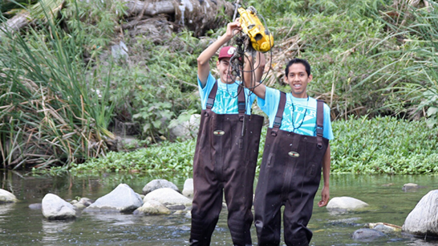Students find a vacuum cleaner during the 2013 Los Angeles River Clean-Up.  <em>Photo courtesy of the L.A. River School</em>