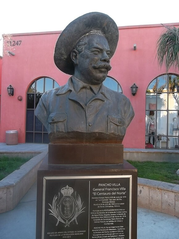 Bronze Pancho Villa bust greets shoppers to Plaza Mexico | Photo: Carribean Fragoza