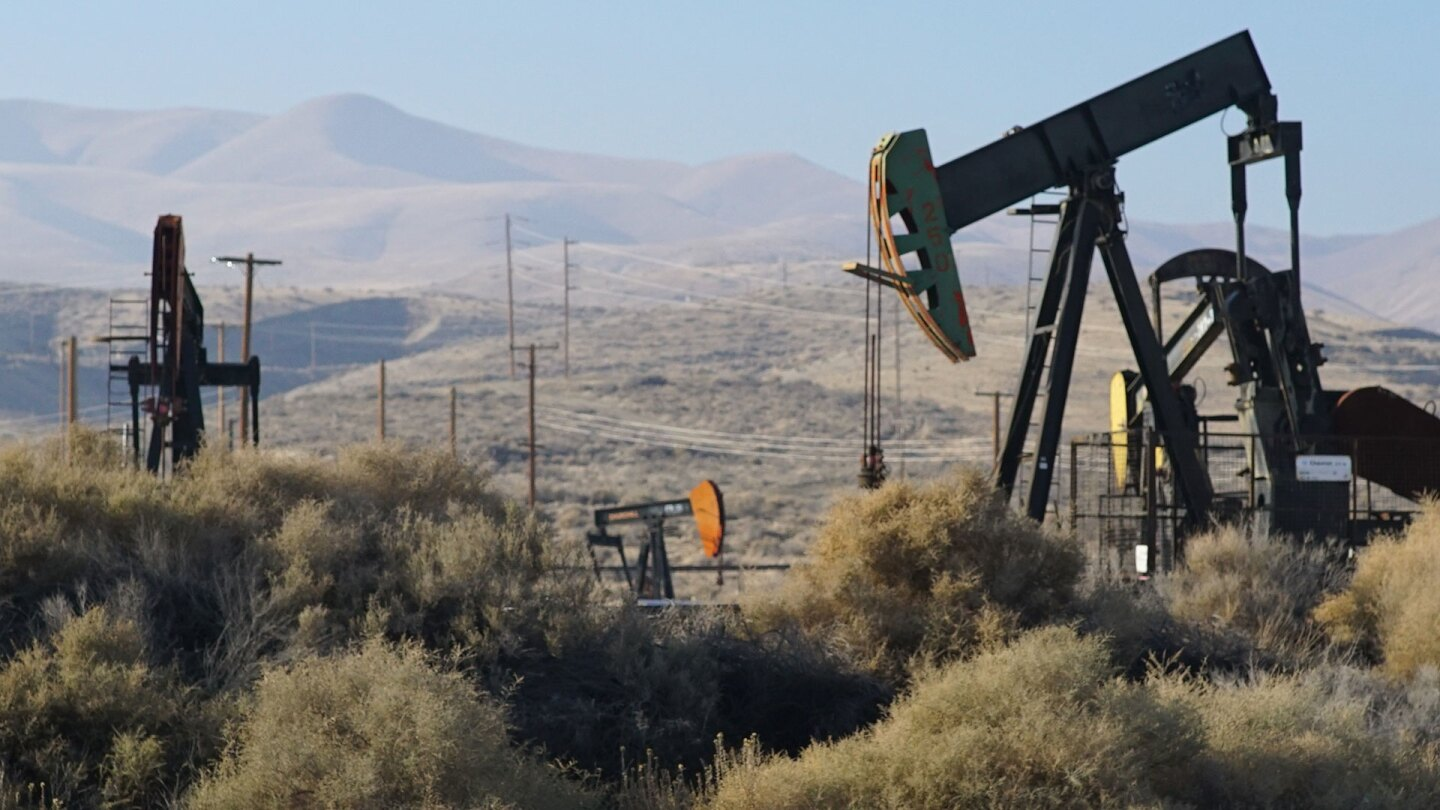 Oil pumpjacks in Kern County. | Earth Focus