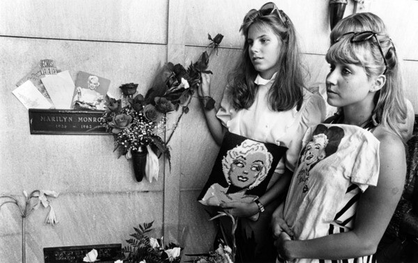 Nancy Yorkshaitis, 14, left, and Jamie Steward, 18, pay their respects at cryptside ceremonies in Westwood for Marilyn Monroe, who died 20 years ago. August 8, 1982 | Herald-Examiner Collection, Los Angeles Public Library