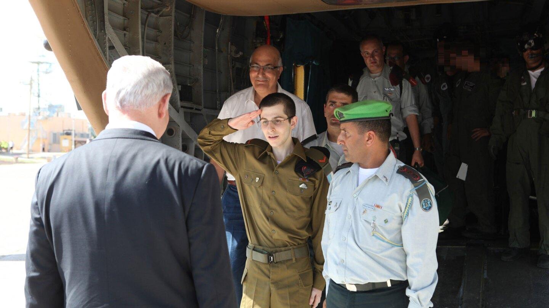 gilad shalit salutes israel prime minister benjamin netanyahu