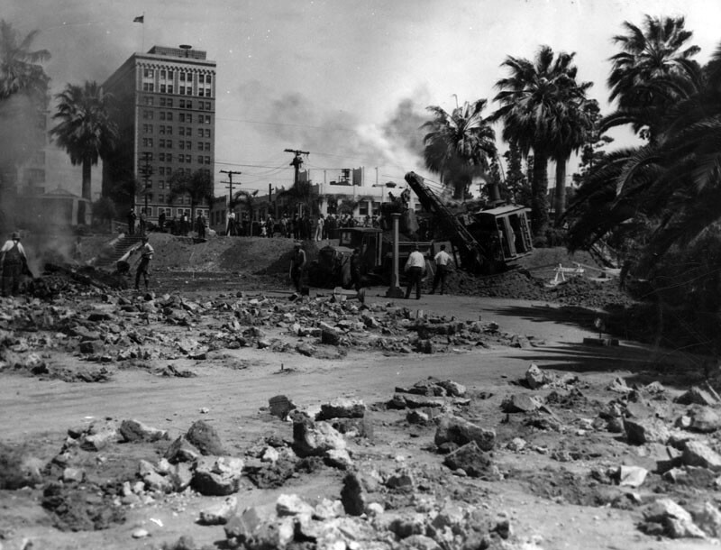 Construction of the Wilshire Boulevard causeway through Westlake Park. Courtesy of the Photo Collection, Los Angeles Public Library.
