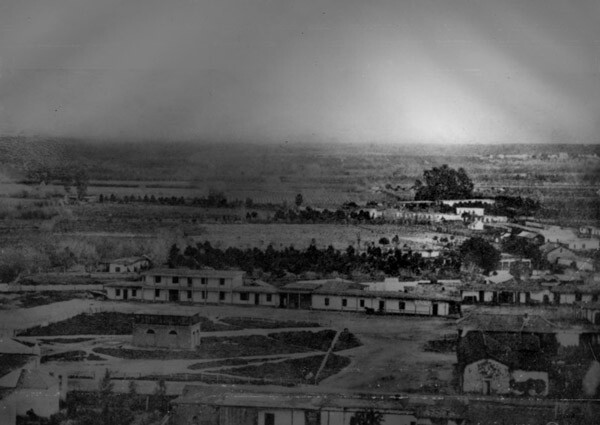 El Aliso is visible in the distance in this 1857 photo of the Los Angeles Plaza. Courtesy of the Photo Collection, Los Angeles Public Library.