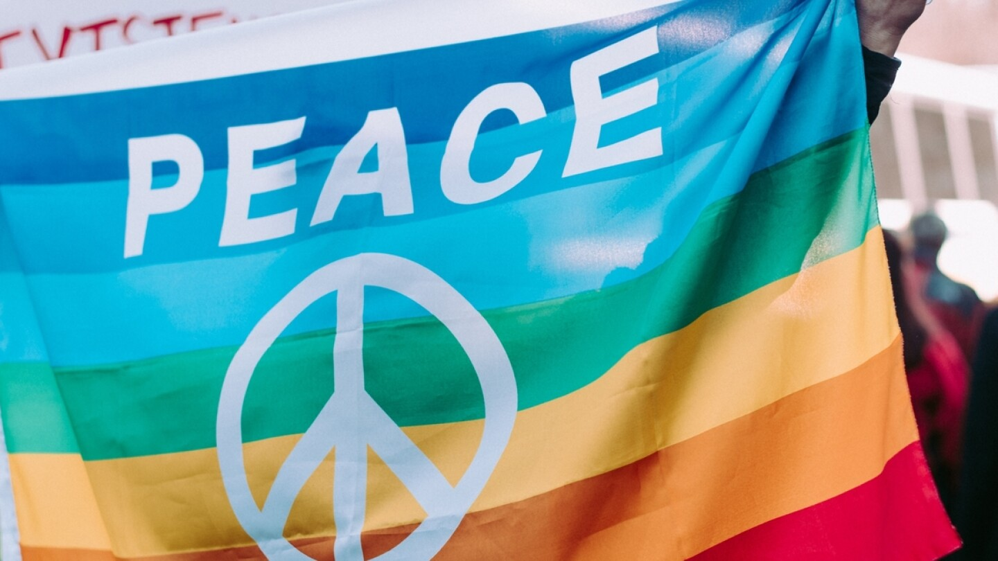 Peace flag | Alice Donovan Rouse on Unsplash