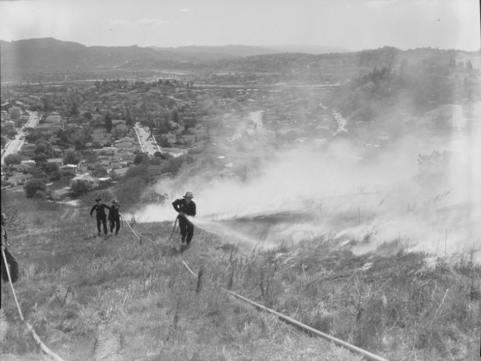 Fire fighters rush to confront a wildfire on Mt. Washington on May 13, 1961. Courtesy of the Los Angeles Times Photographic Archive, Department of Special Collections, Charles E. Young Research Library, UCLA. Used under a Creative Commons license.