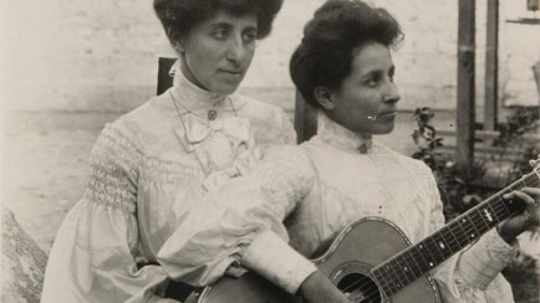 Luisa and Rosa Villa playing guitar at El Alisal