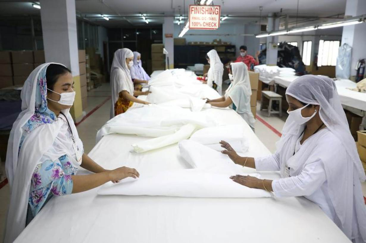 Bangladeshi garment workers make protective suit at a factory amid concerns over the spread of the coronavirus disease (COVID-19) in Dhaka, Bangladesh, March 31, 2020. | REUTERS/Mohammad Ponir Hossain