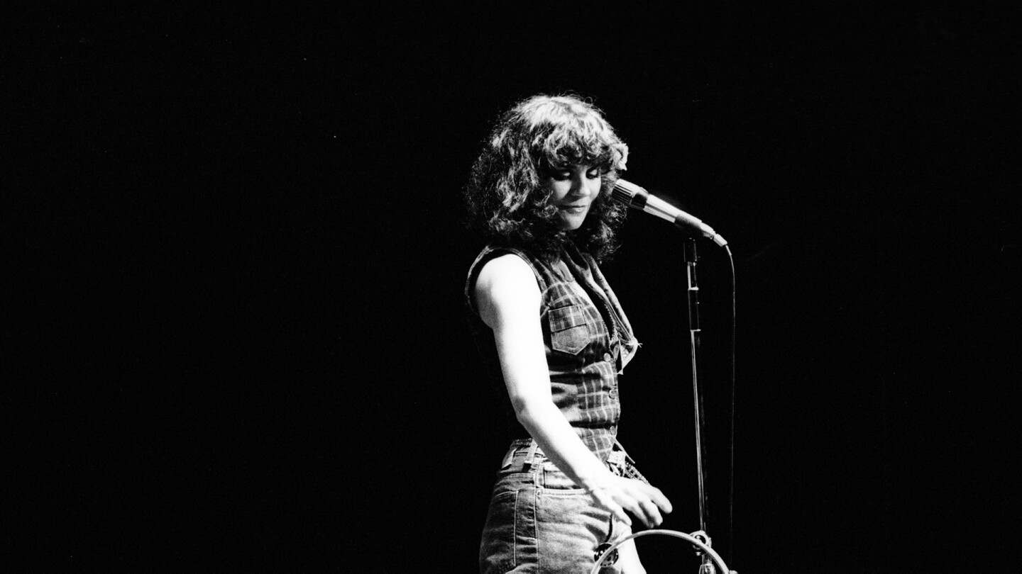 Circa 1970: Photo of Linda Ronstadt behind a mic stand | Michael Ochs Archives/Getty Images