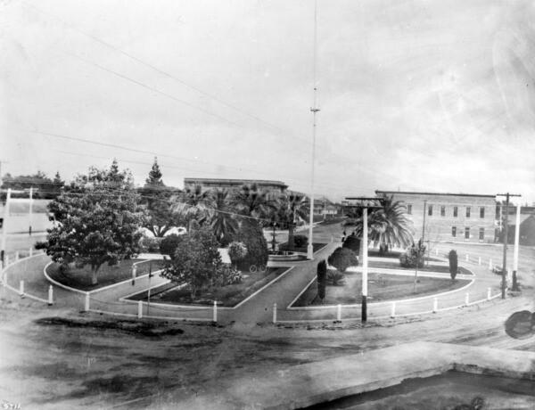 The Orange Plaza, circa 1905. Courtesy of the USC Libraries - California Historical Society Collection.